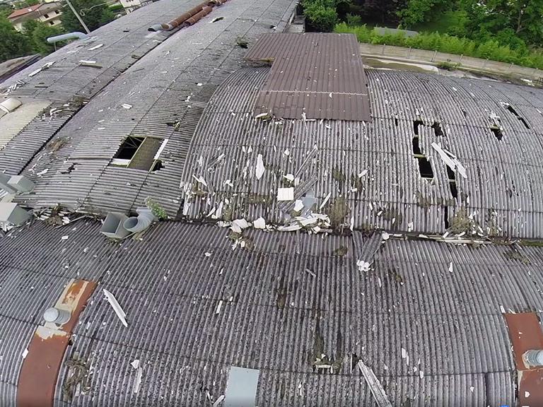 Lastre di cemento-amianto in grave stato di degrado sul tetto dell'ex stamilimento CDM di Meduna di Livenza (TR)