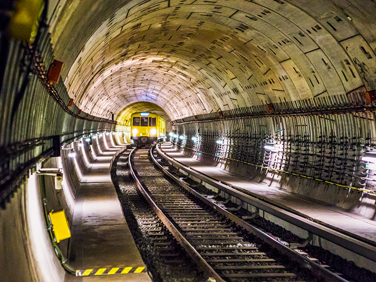 Foto convoglio metropolitana in tunnel