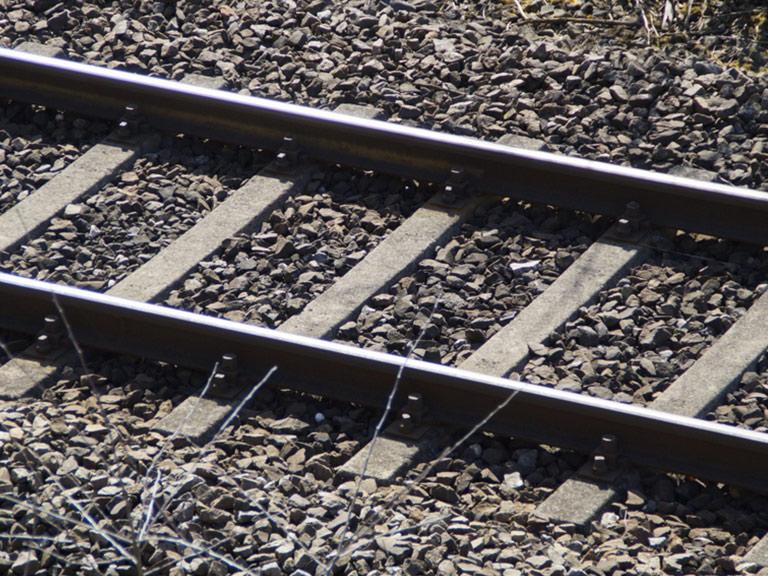 Ballasta in serpentino lungo dei binari feroviari