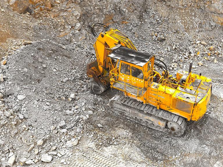 Escavatore in una cava di inerti