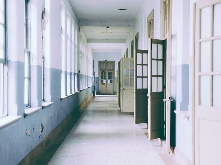 Corridoio di una scuola con finestre