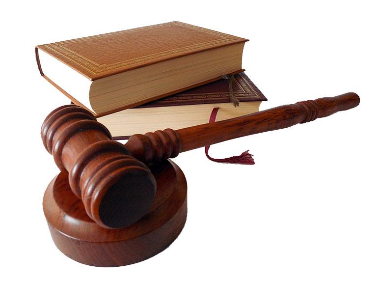 Libri e martelletto di legno del giudice