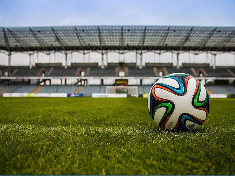 Pallone in uno stadio all'interno di un palazzetto dello Sport