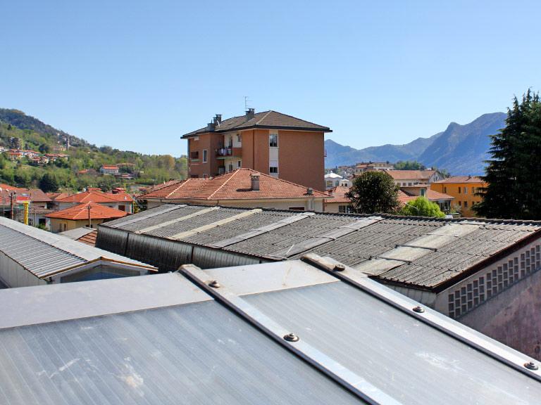 Copertura in cemento-amianto in una zona residenziale di Verbania