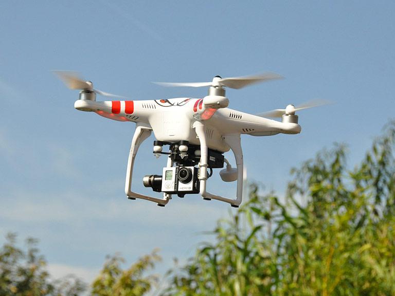 Drone quadricottero equipaggaito con fotocamera