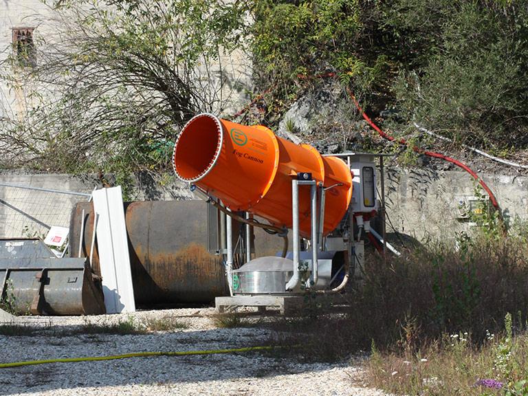 Cannone spruzza particelel d'acqua nebulizzata utilizzato nei grandi cantieri di bonifica