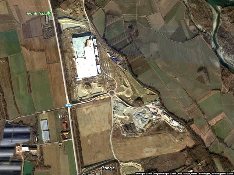 La cava di Torrazza contigua al polo logisitco Amazon e vicina al Centro nucleare di Saluggia – Google Maps