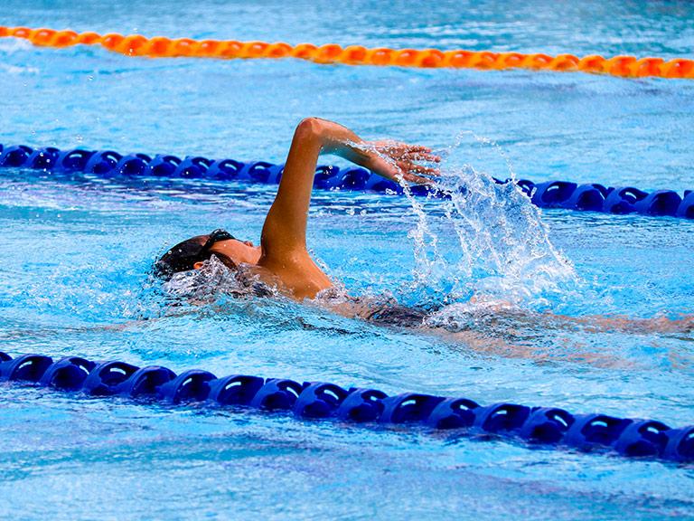 Ragazza che nuota in una piscina