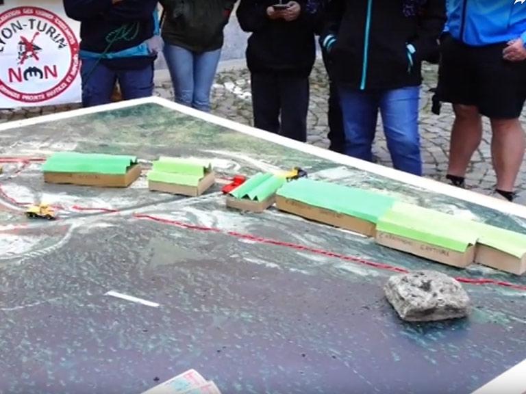 L'ing. Poggio illustra il progetto del Cantiere si Salbetrand durante un'iniziativa NO TAV